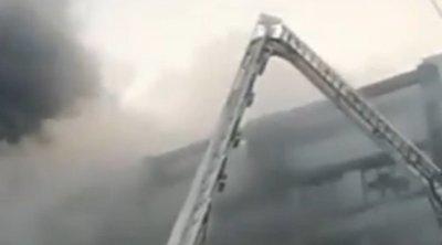 Megrázó felvétel: Hatalmas füstfelhők között kiáltanak segítségért az emberek