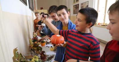 Kukoricáztak és szőlőt préseltek az iskolában