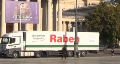 Elképesztő konvoj haladt keresztül Budapesten, kiderült, mit rejtettek a kamionok