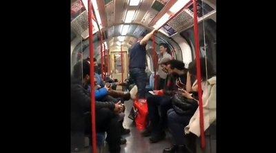 Dráma a metrón: rátámadt egy fiatal nőre egy agresszív férfi - Videó