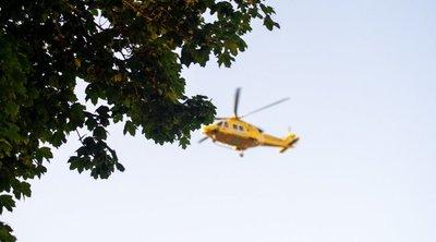 Mentőhelikopter szállt le a panelház mellé, kizuhant egy fiatal