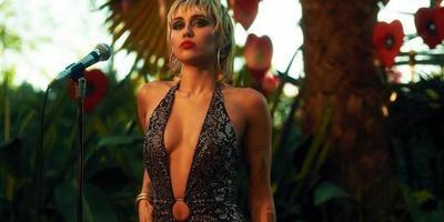 Négykézláb, falatnyi ruhákban pózol Miley Cyrus - fotók
