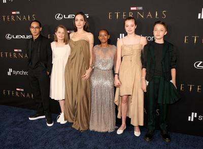 Így még soha nem láthattuk Angelina Jolie gyerekeit: egy fotón majdnem az összes csemete