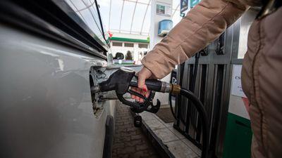 Elszálltak az üzemanyagárak, ársapkát raknak a benzinre a szomszédban