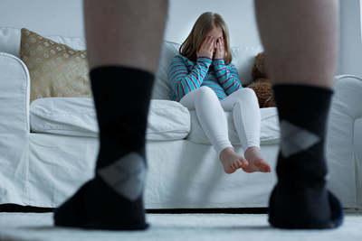 Elcsábított egy kiskorú lányt a férfi . ezt tette vele