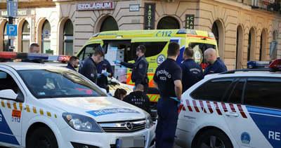 Félmeztelen férfi ugrott rá a rendőrautóra a Baross utcában, nem tudták megmenteni az életét – megrázó fotók
