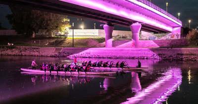 Rózsaszínben világított a Jedlik híd a sárkányhajósok felett Győrben- sok-sok fotó