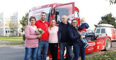 Felbőgött Balu Szombathelyen – Kiss Norbert Európa-bajnok kamionversenyző meglepte édesanyját – fotók, videó