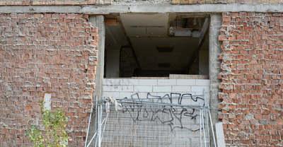 Székházba költöztek a hajléktalanok, a 2 méteres fal sem állítja meg őket