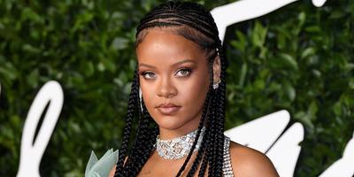 Rihanna beletolta formás fenekét a kamerába, még bugyit is elfelejtett felvenni - Fotó
