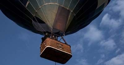 Esélye sem volt: 50 métert zuhant egy hőlégballonról, mielőtt egy száguldó autó elé esett