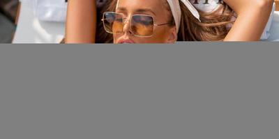 Sydney van den Bosch kis bőrnadrágban, extrém magas sarkú szandálban hódít - kép