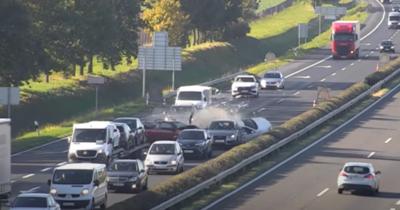 Elképesztő képsorok – Fékezés nélkül rohant a kocsisorba egy autós az M1-esen (videó)