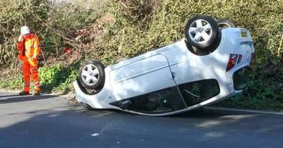 Tetejére borult egy autó Fadd közelében