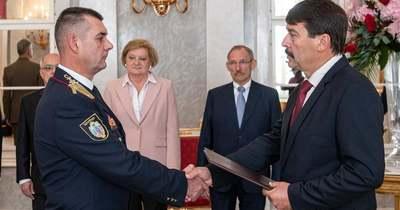 Dandártábornokká léptette elő dr. Balázs Gábort Áder János