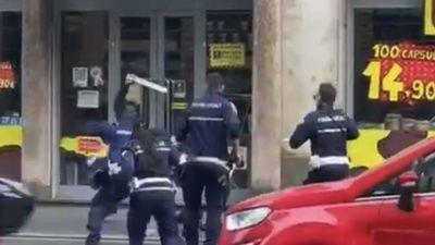 Rendőrökre támadt az erőszakos migráns + videó