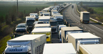 Furgon rohant kamionba a csanádpalotai határátkelőhelyen, meghalt a sofőr