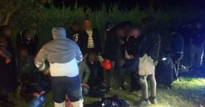 25 illegális migránst szállító embercsempészt fogtak el a rendőrök Kápolnásnyéken
