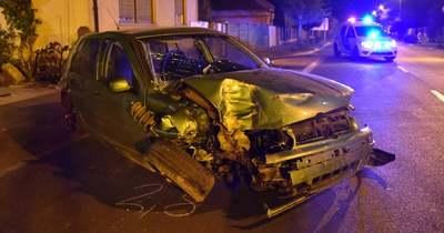 Betonkerítésnek ütközött egy autó Okányban