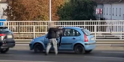 Megállt egy luxusautós az Árpád híd közepén, és erőből rácsapta az ajtót egy másik autósra - videó