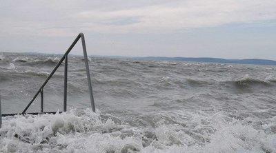 Most adták ki a riasztást: Elbillent a Balaton vize, akkora széllel érkezik a hidegfront az országba - videó