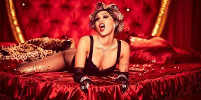 Miley Cyrus levetkőzött, a mellét, a fenekét is megmutatta - fotók