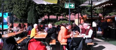 Elképesztő dőzsölés a budapesti pláza tetőteraszán, a pálinka is előtérbe került