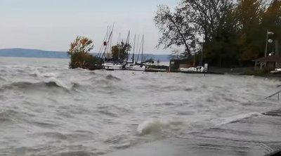 Friss képek: Kibillentette medréből a Balaton vizét a nagy erejű vihar
