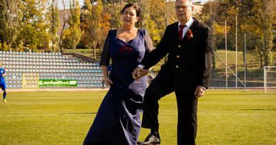 A focipályán erősítette meg házassági fogadalmát a Bányász legendás Gyurikája