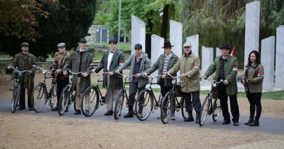 Biciklivel, korhű ruhában indultak útnak Budapestre a kanizsai diákok