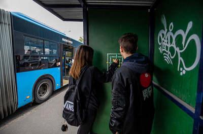 Ezt a játékot szerelték fel egy budapesti buszmegállóba, máris imádják a várakozók