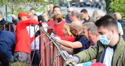 Önkéntesek festették a Táncsics iskola kerítését pénteken