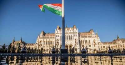Felvonták a nemzeti lobogót, elkezdődtek az október 23-i ünnepségek