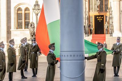 Képeken az ünnepélyes zászlófelvonás a Kossuth téren