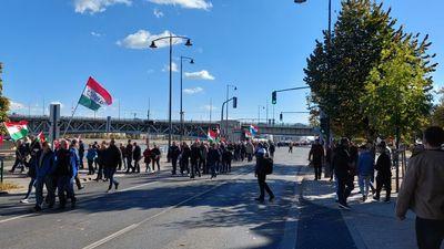 Hullámzik a tömeg a Békemenet indulási pontja felé