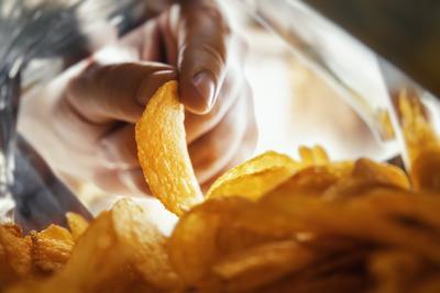 Sokkot kapott a férfi, amikor kinyitotta a chipses zacskót: ez volt benne - Fotó