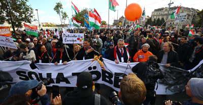 Már a Szabadság híd közepéig ér a tömeg: olaszok és lengyelek is vonulnak - videó, fotók