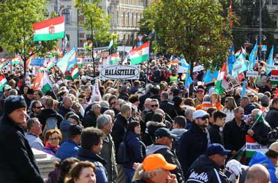 Elindult a Békemenet, a Szabadság hídon vonul a tömeg