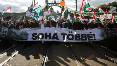 Több százezres tömeg a békemeneten, néhány ezren a baloldal rendezvényén