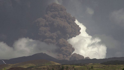 Hamut és füstöt okádott az Etna