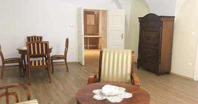 Történelmi ajánlat: eladó egy lakás Győr legrégebbi, kétemeletes lakóházában 59 millióért – fotók