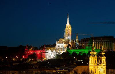 Galéria: Fényköntösben pompáztak Budapest ikonikus épületei