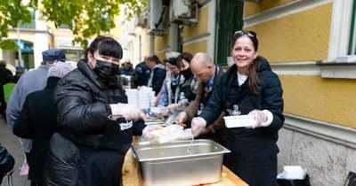 Lehetőségeikhez mérten meleg étellel kínálták a rászorulókat