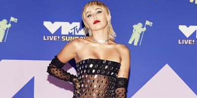 Átlátszó tangában pucsít a kamerába Miley Cyrus - Fotó