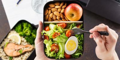 A kiegyensúlyozott étkezés házon kívül nem lehetetlen, de azért annyira nem is egyszerű