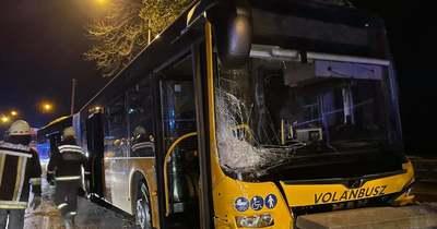 Autóbusszal ütközött egy személyautó Szabadbattyánban vasárnap este