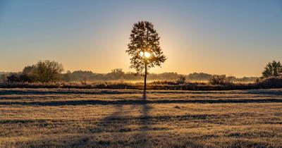 Közeleg a tél – Lélegzetelállító fotókon a dérlepte táj