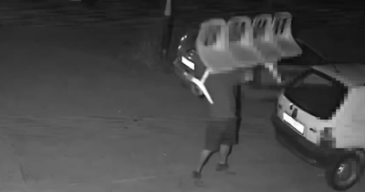 Videón az oroszlányi éjszaka ittas őrjöngője: széksorral zúzta szét a kocsikat