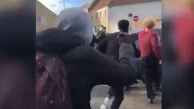 A nyílt utcán lincseltek meg kis híján egy fehér fiatalt a migránsok