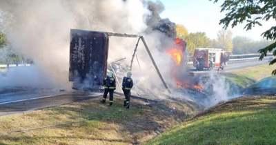Kigyulladt, felrobbant és kiégett egy kamion az M1-esen